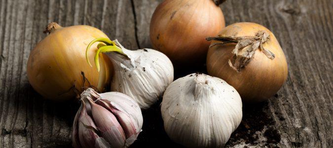 Evitar alimentos como el ajo y la cebolla nos ayudarán a prevenir el mal aliento