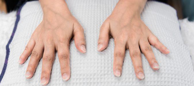 Muchos cambios de color en nuestras uñas pueden deberse a un uso continuado de esmaltes.