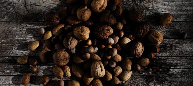 Los frutos secos, nos aportan omega-9, que nos ayudará, entre otros, a lidiar con el colesterol.