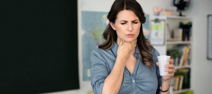 Mantener la garganta hidratada con líquidos a temperatura ambiente es fundamental