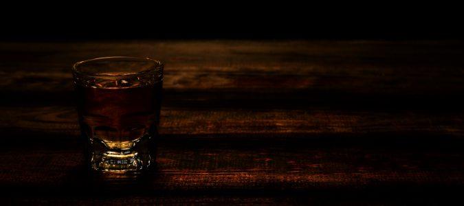 Uno de los causantes de la cirrosis más conocido es el consumo excesivo de alcohol de manera continuada