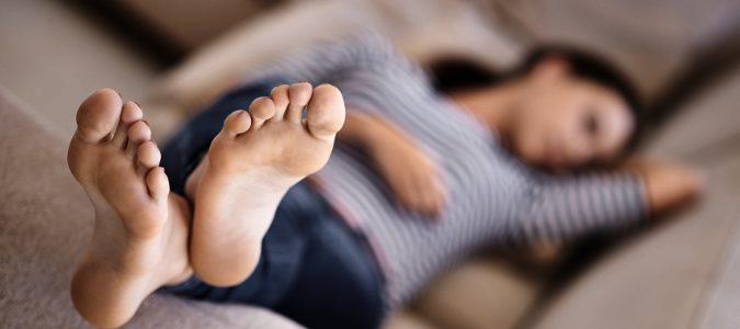 Chica tumbada en en sofá