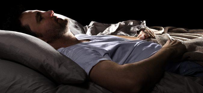Hombre durmiendo solo