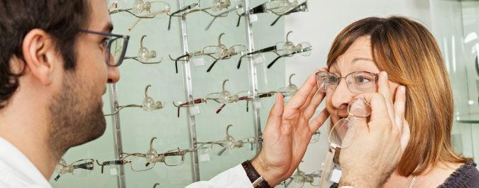 Eligiendo gafas en la óptica