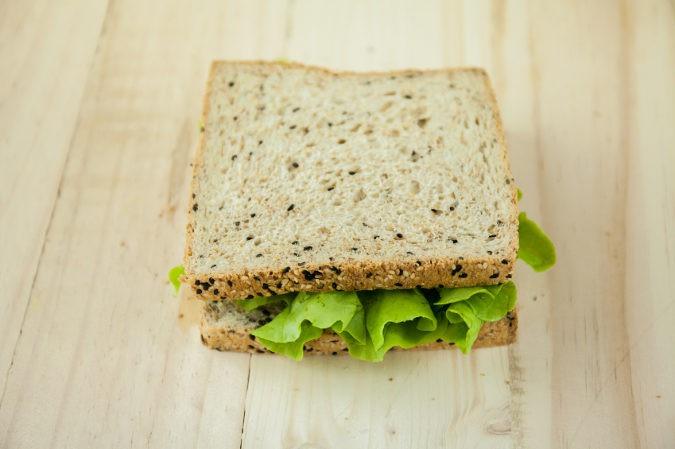 Incorporar verduras de hoja verde a los bocadillos es una buena manera de incluir calcio de forma fácil en la dieta de los niños