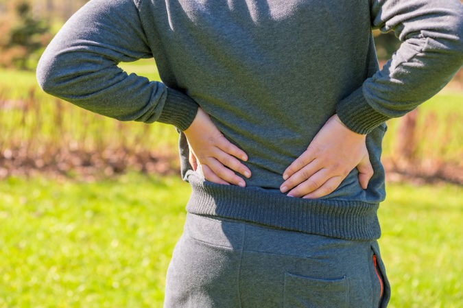 El sobreesfuerzo y las posturas inadecuadas son las causas más comunes del pinzamiento lumbar