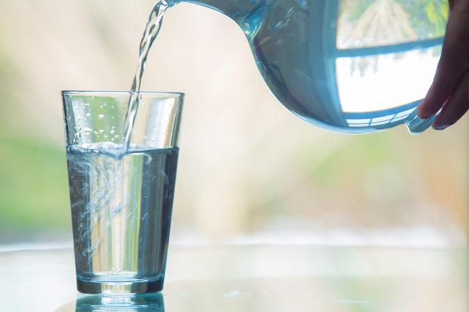 El agua ayuda al organismo a sentirse saciado, pero no quema calorías