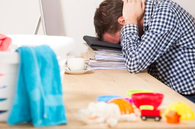 La principal causa de este síndrome es el estrés, que hace más difícil al corazón bombear la sangre correctamente
