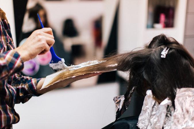 Las personas que sufran de alopecia deben evitar los tintes o permanentes, ya que los productos químicos dañan la salud del pelo