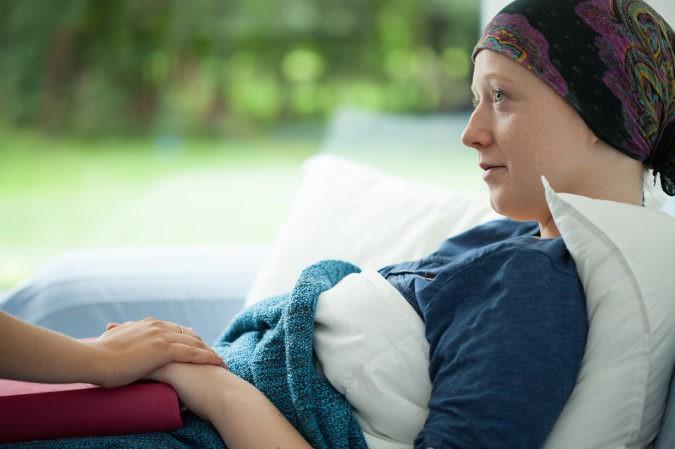 Los cuidados paliativos suelen ofrecer apoyo psicológico, emocional y espiritual tanto a pacientes como a familiares del mismo