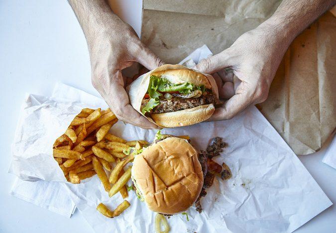 Es mejor que te lo pienses dos veces antes de comer habitualmente comida basura
