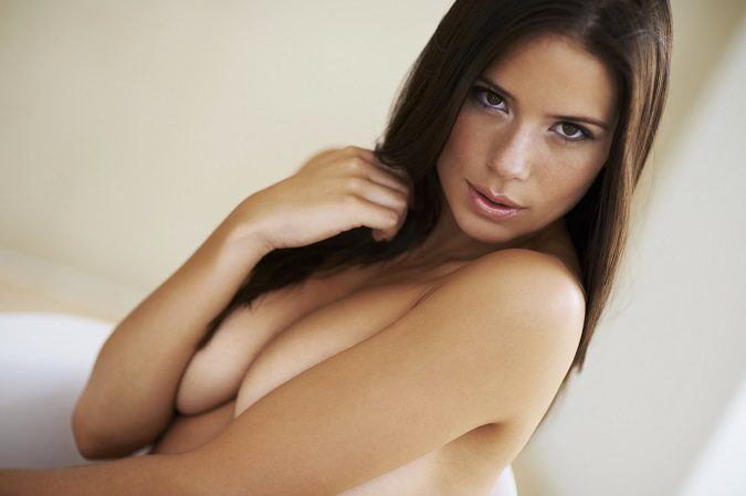 Son muchos los motivos por los que se pueden caer los pechos a las mujeres