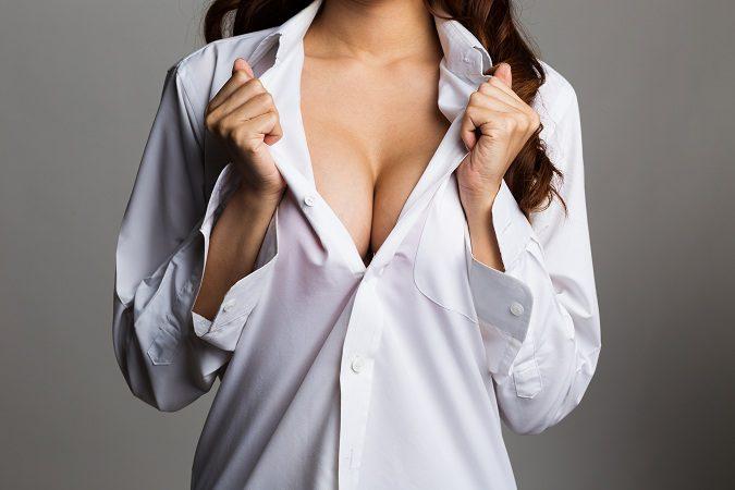 La mastopexia consiste en la elevación de los senos