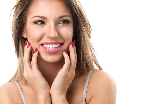 El cloro de la piscina y la sal del mar son elementos dañinos para los dientes