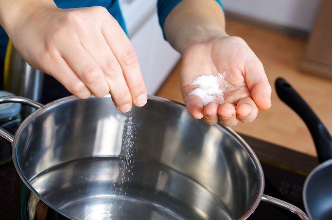La sal es uno de los condimentos más usados por la gente al cocinar