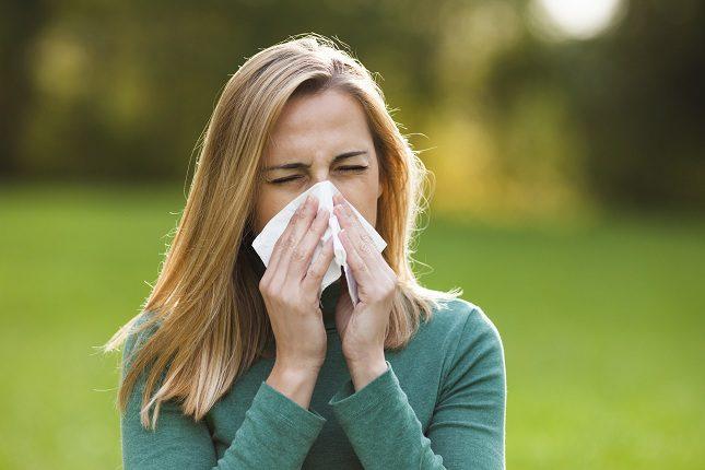 Llevar gafas de sol cuando salgas a la calle puede ayudar a que tus ojos no estén en un contacto con el polen