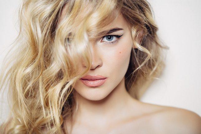 Otra forma de cuidar toda tu piel en general y no solo la del rostro es procurando hidratarla desde el interior