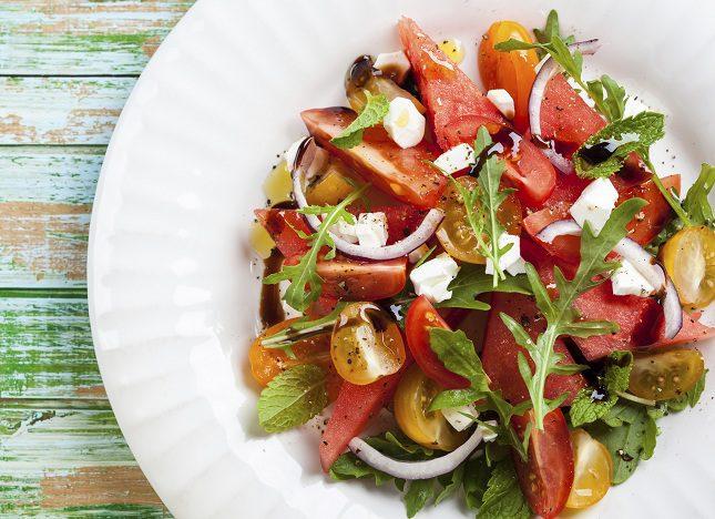 El aliño de la ensalada puede que sea lo más peligroso de este plato al tener de las calorías
