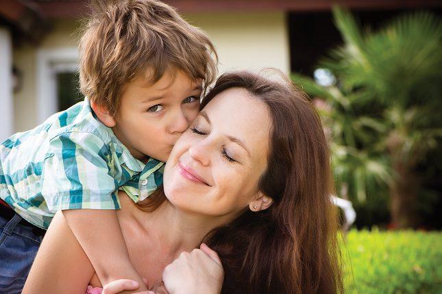Las personas felices disfrutas de relaciones personales plenas