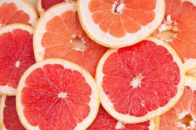 El pomelo es rico en potasio y también en magnesio por lo que te ayudará a prevenir los calambres musculares