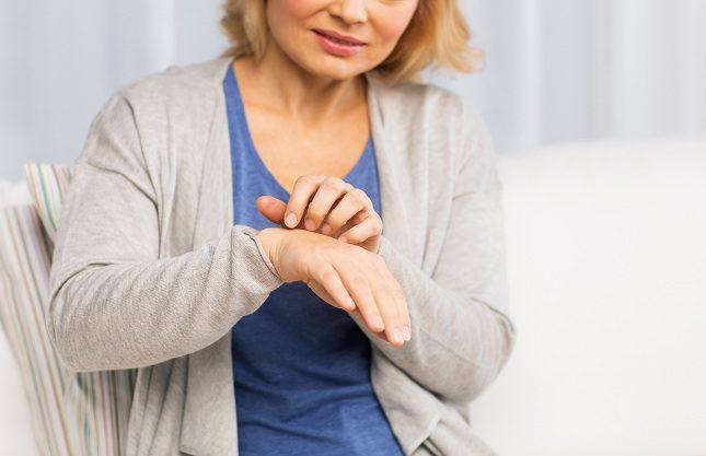 La psoriasis causa placas de piel gruesa, enrojecidas y con escamas