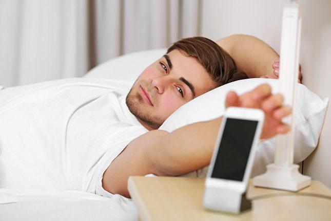 Dormir con el móvil encendido cerca de nosotros puede estar perjudicando nuestro ciclo circadiano