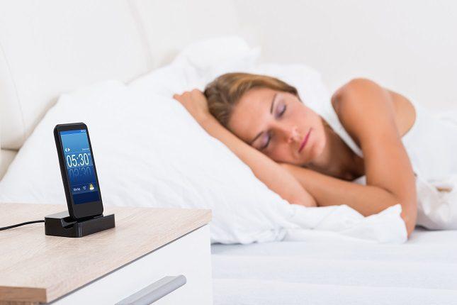Tampoco es nada aconsejable mirar el móvil justo antes de dormir