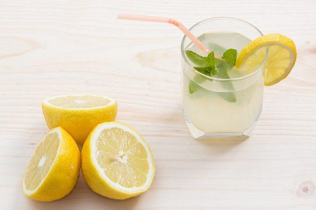 el limón es un alimento antioxidante que contribuye a retrasar el envejecimiento del cuerpo
