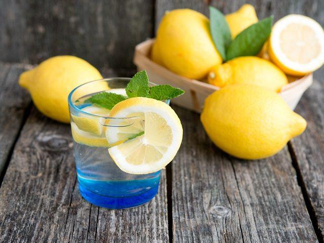 Otro de los beneficios del limón es que posee un efecto antibacteriano y además fomenta la producción de colágeno