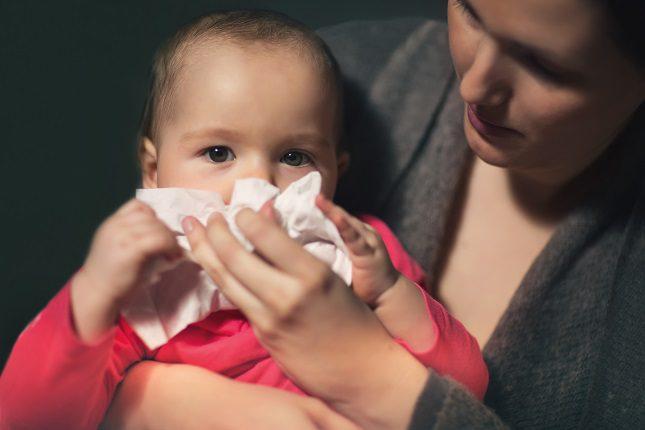 El problema se da cuando los mocos se quedan en la nariz del bebé dificultando que el pequeño pueda respirar correctamente