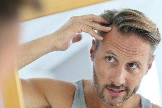 El momento en el que nos damos cuenta de que entre nuestro pelo aparece una cana, nos tomamos en serio lo de envejecer