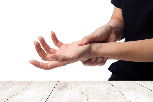 La artritis afecta a varias articulaciones de forma simétrica