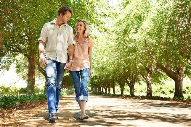 Cuando una persona da un paseo ejercita un gran número de músculos al moverse
