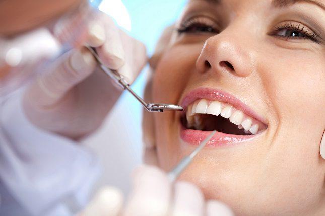 Hay hábitos que hacemos sin ser conscientes realmente del daño que les estamos generando a dientes y encías