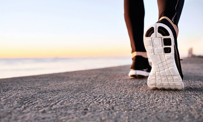Si caminas largos paseos, deberás tomar descansos cortos para evitar el dolor muscular