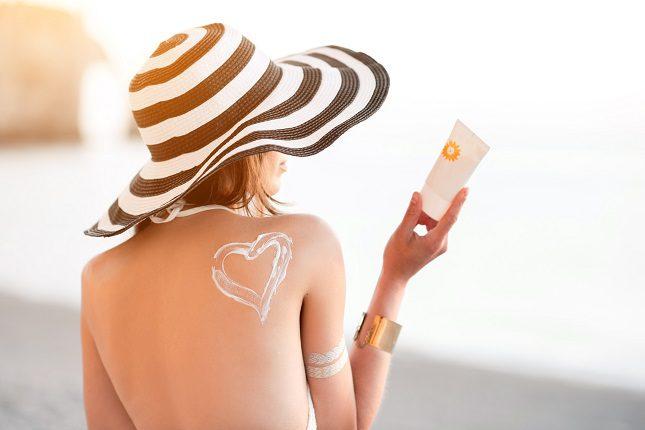 Existen multitud de fórmulas en los protectores solares que ayudan a cuidar al mismo tiempo la piel seca