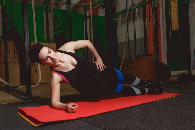 Este ejercicio físico se realizará de modo que nuestro cuerpo quede de forma paralela al cuerpo, como en plancha.