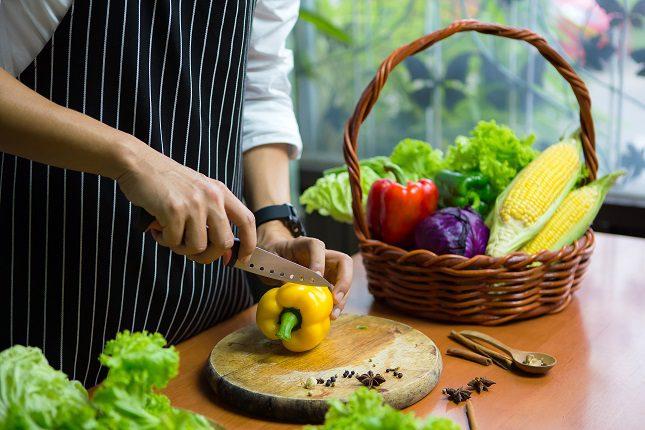 Llevar una dieta baja en grasas y rica en proteínas puede ayudar a mejorar esta situación
