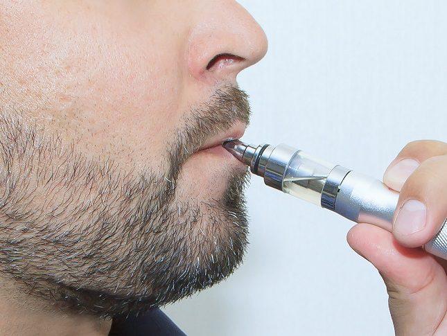 En algunos lugares donde se prohíbe fumar tabaco tradicional también se prohíbe fumar cigarrillos electrónicos