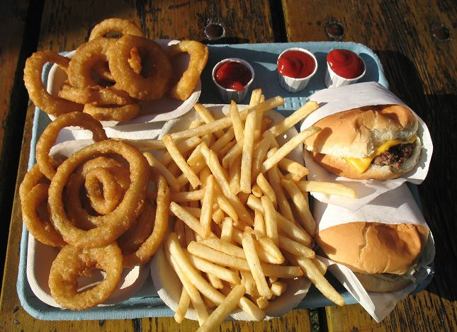 Las grasas sólidas son grasas a temperatura ambiente, como grasa de vaca, mantequilla, manteca, aceite de coco y aceite de palma