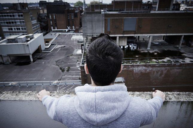 A la hora de tratar a una persona con pensamientos suicidas es importante el buscar ayuda