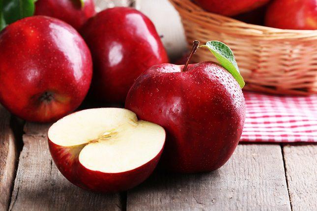 Si sueles estar hinchado/a y eres un amante de las manzanas, entonces es probable que sea por eso