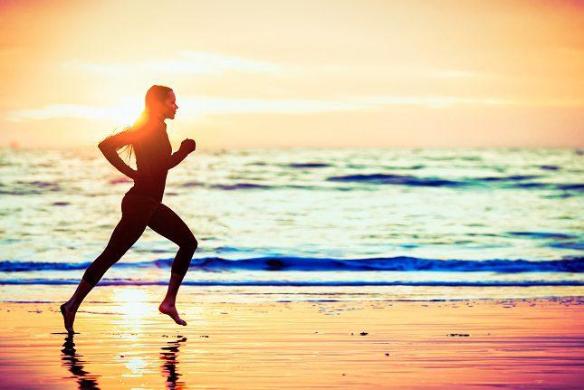 Correr o caminar cerca de la orilla también será una buena manera de entrenar
