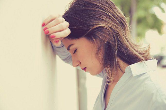 Las mujeres están conectadas para concentrarse en expresar emociones