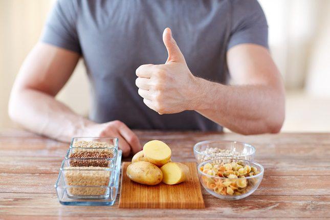 Si quieres perder mucha grasa sería bueno empezar con 3 días bajos en carbohidratos seguido por 1 día alto en carbohidratos