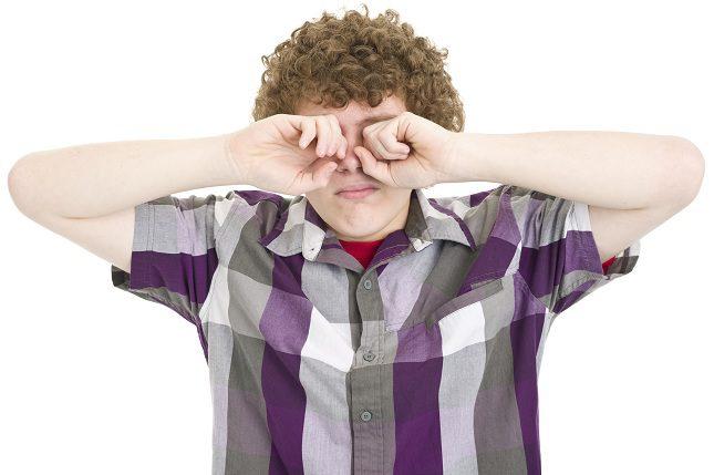 Las personas con ojos secos habitualmente pueden tener un problema crónico debido a la producción inadecuada de líquido en los ojos.