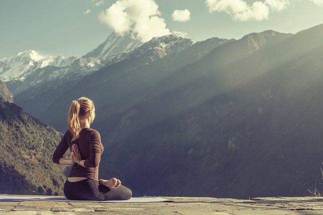 Cada vez son más personas los que se sienten animados a practicar yoga para encontrarse mejor de manera física y también emocional