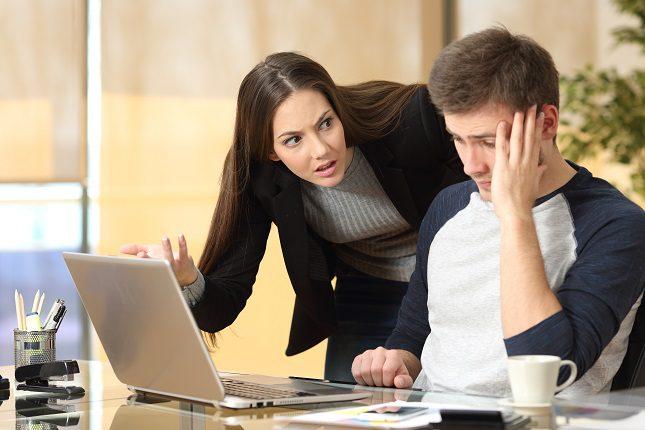 Una persona que no está bien en su trabajo puede tener más problemas de salud físicos (psicosomáticos) como dolores de cabeza o de estómago