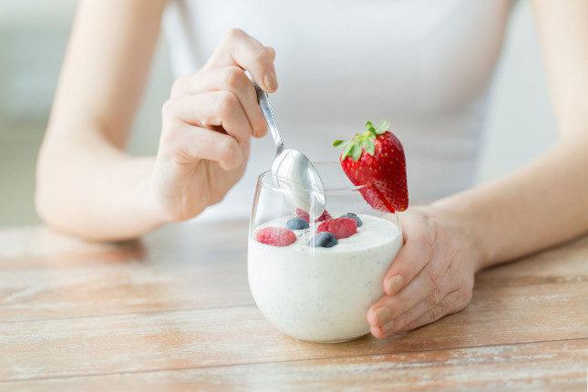 Alimentos probióticos como el yogur sirven de ayuda contra las manchas rojas