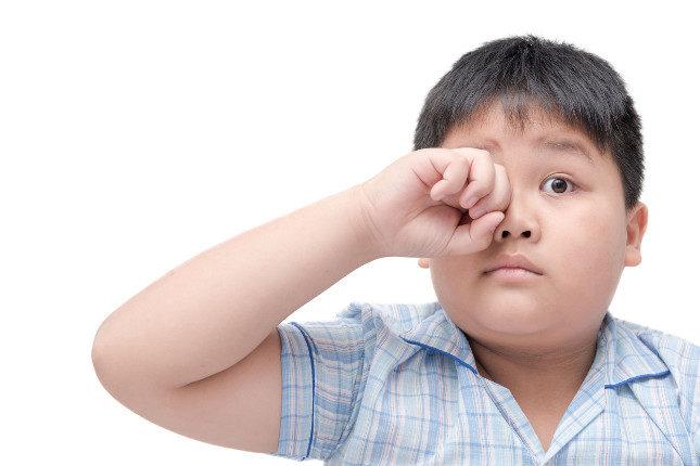 Aunque es muy difícil no rascarse el ojo, los niños deben evitar tocar el ojo